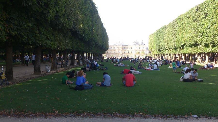Люксембургский сад. Скульптуры и стулья, Вольтер и петанк, толпа и уединенность.